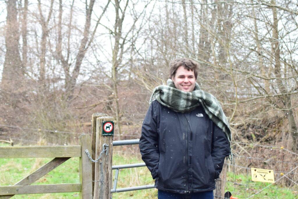 Vi var i godt humør i al det dejlige snevejr. Jesper frøs nu lidt. For han var kommet afsted uden handsker, hue eller halstørklæde. Derfor lånte han mit tørklæde. Det hindrede ikke vores eftersøgning på Vandstær (Cinclus cinclus) langs Værebro å. Blog, Oplevelser/ Udflugter/ Felttur, Hyggetur, Ildfugl.com