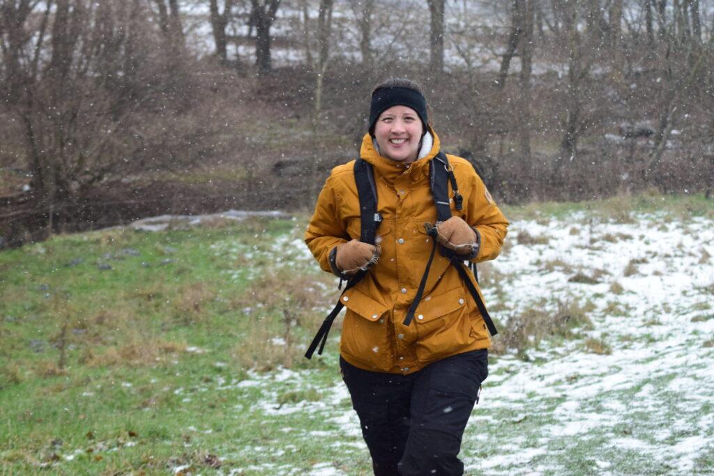 Gåtur langs Værebro å nær Måløv en snevejrsdag i januar 2021. På tur for at se Vandstær (Cinclus cinclus) og måske en Bjergvipstjert (Motacilla cinerea) langs Værebro å. Blog, Oplevelser/ Udflugter/ Felttur, Hyggetur, Ildfugl.com