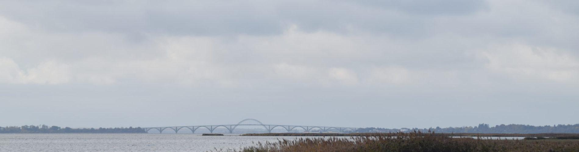 Smuk udsigt over sundet med Mønbroen i baggrunden. Oplev Møn.