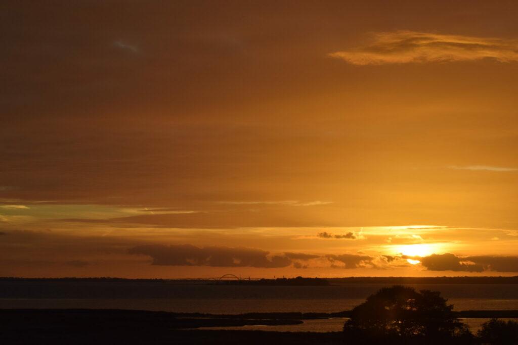 Solnedgang over Møn, her ses øen Lindholm og Dronning Louises bro (Mønbroen) i baggrunden. Efter min mening er det den smukkeste bro i Danmark.