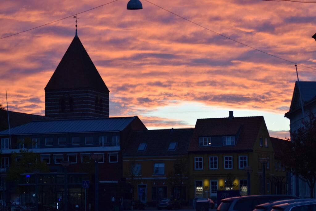 Solnedgang over Stege - Møns købstad fra Middelalderen - med dens smukke og ikoniske Kirke. Sikke en afslutning på Æblernes dag 2018.
