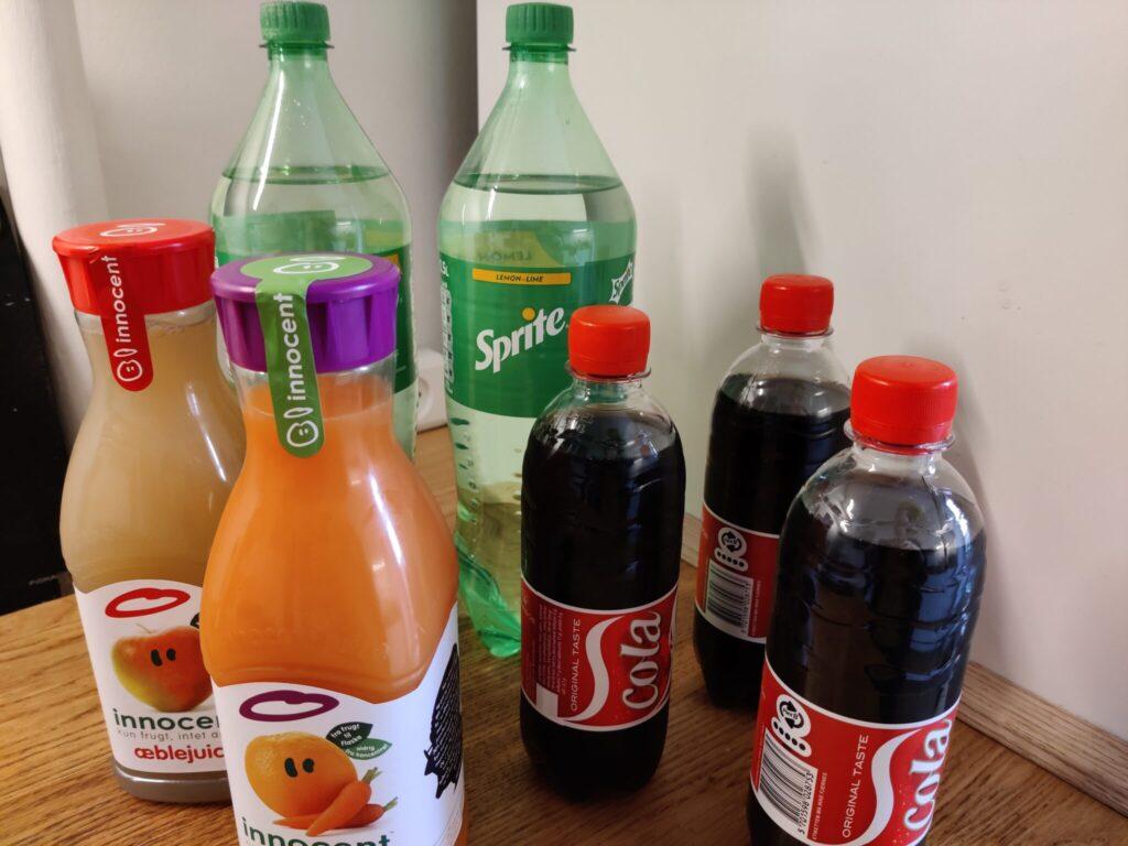 Nedsæt plastforbrugt ved kun at købe 2 liters sodavand, lav saft selv og drik kun vand fra hannen. 10 tips til at leve bæredygtigt og spare på jordens ressourcer. Hverdagsaktivisme. Ildfugl.com