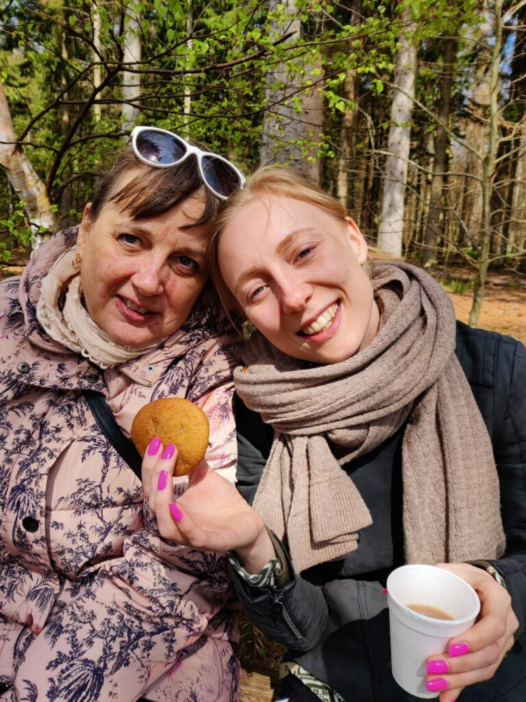 Min mor og søster i det dejlige solskin i Hareskoven 2 maj 2021. Her fik bl.a. mine hjemmebagte cookie-sandwich. Blog. Udflugtsmad. Ildfugl.com