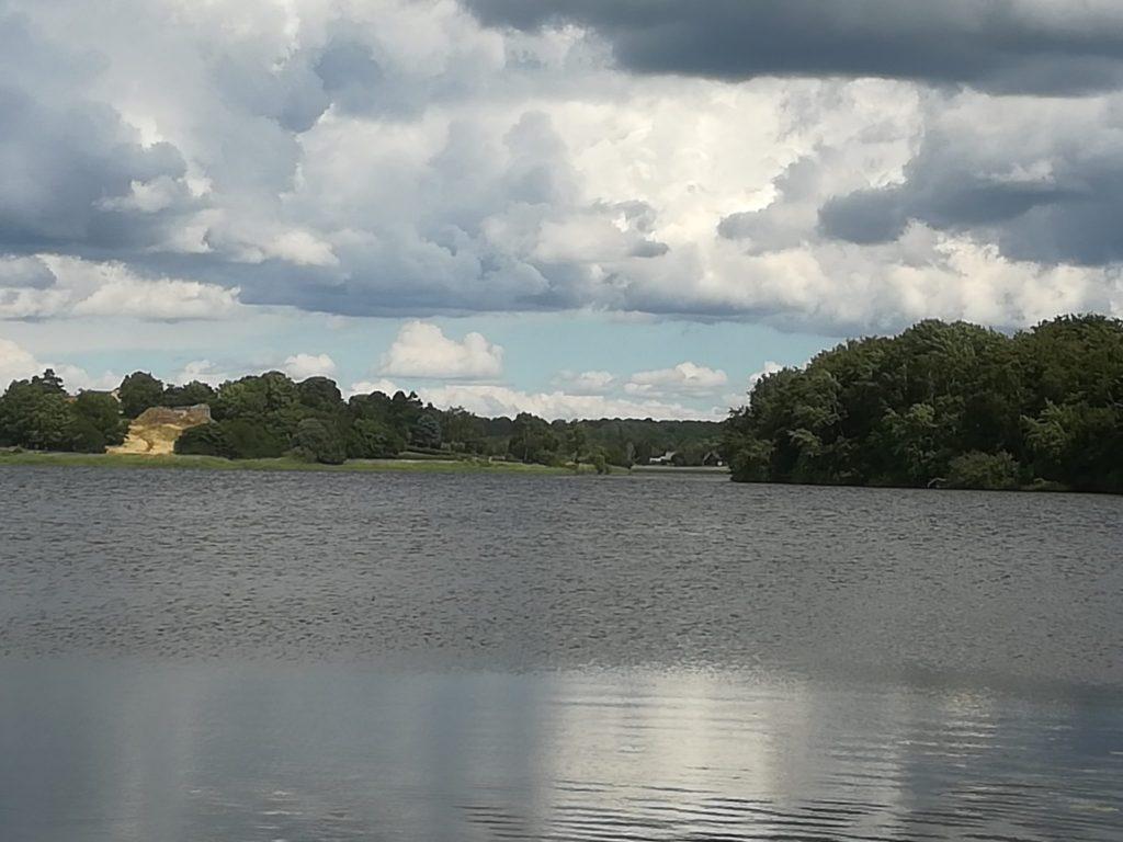 Øvre Mølle ådal. Udsigt over Bastrup sø med Bastruptårnet i baggrunden.