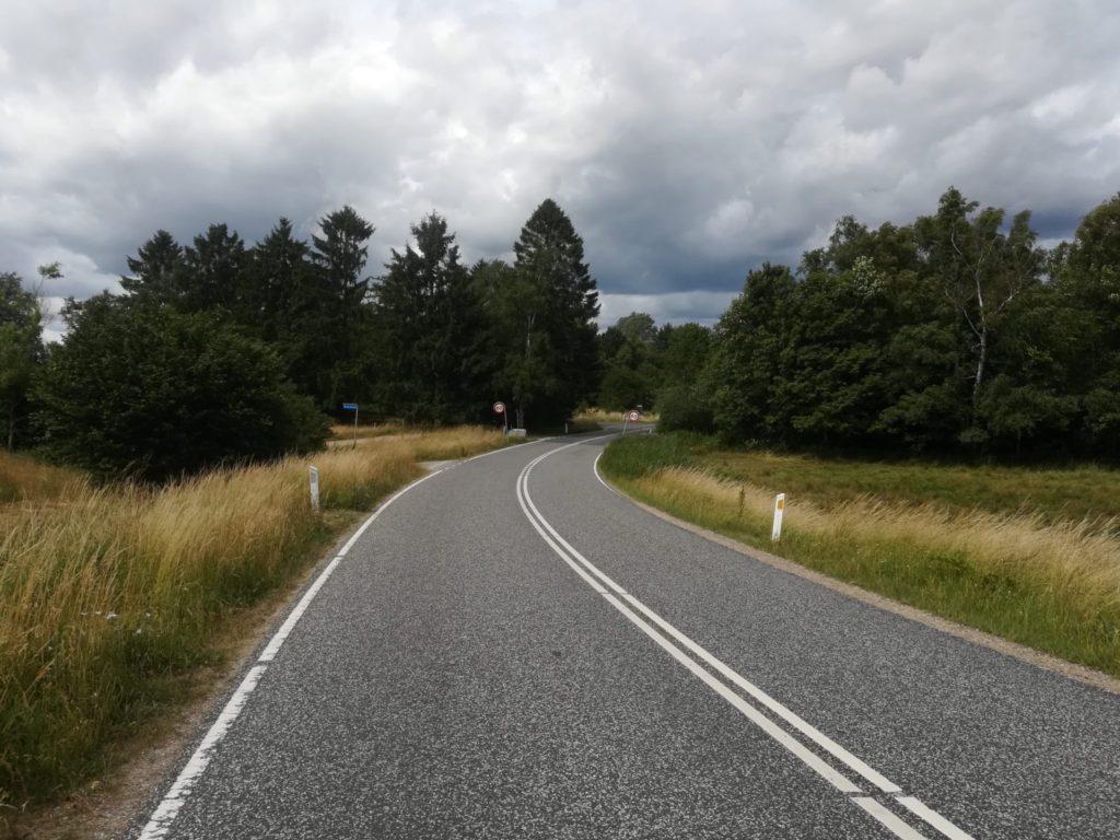 Der hvor Lyngevej bliver til Ganløsevej, ligger Bastrupkæret til højre ned mod Bastrup sø. Man kan parkere ved det blå vejskilt, hvorfra man kan se vejen ind til venste mod Buresø.
