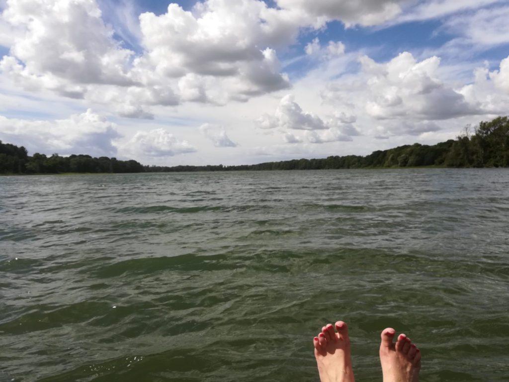 Øvre Mølle ådals smukke natur. Naturoplevelser. Når man er nået til Buresøen må man ikke snyde sig selv for en dejlig dukkert. Søen er knokkel ren, og området er smukt. På en hverdag i juni er her ingen mennesker. Så smid skoene, nyd solen, det varme vand og vinden i træerne.