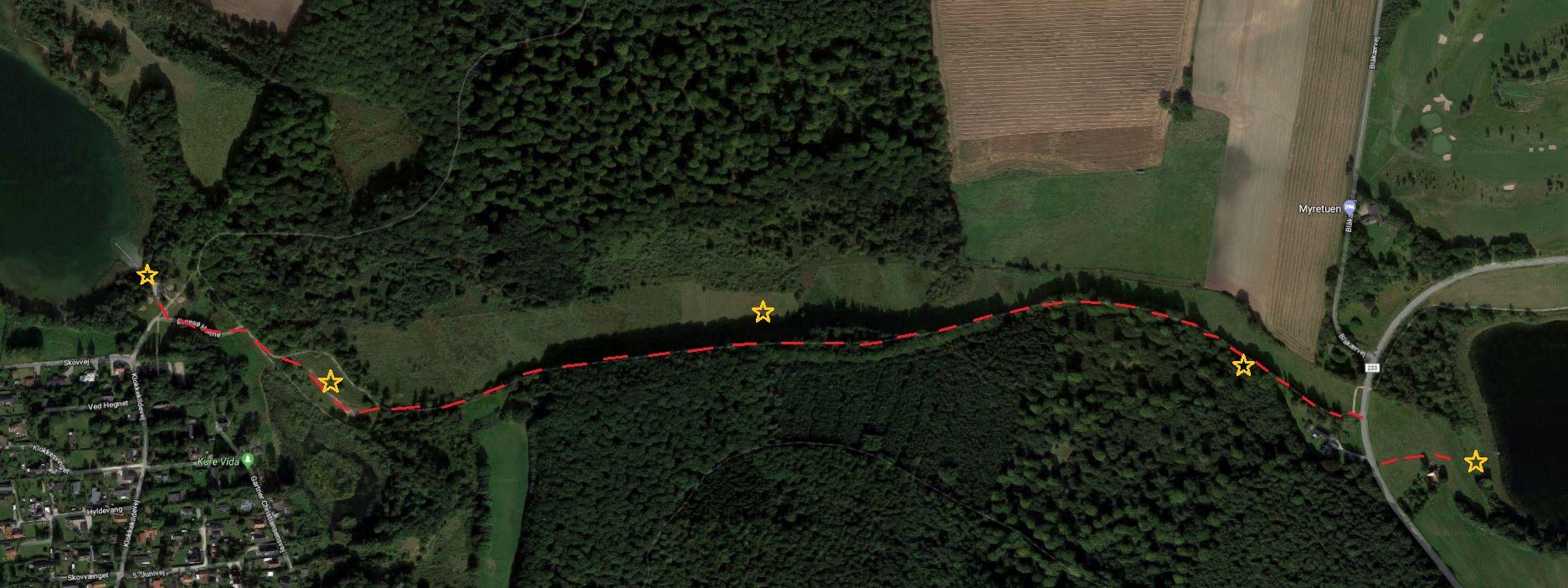 Rute fra Bastrup sø til Buresø. Denne tur tager en time og går gennem smuk natur. Den røde afbrudte linje viser turen fra øst til vest. De gule stjerner er de beskrevne steder i teksten.