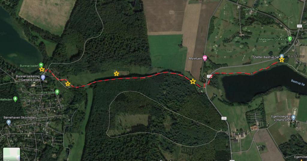 Kort over turen fra Buresø til Bastruptårnet. De røde stiblede linjer viser ruten, stjernerne viser seværdigheder og pauser.