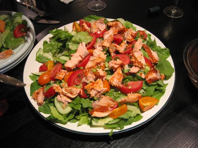 Atlantisk Laks (Salmo salar) er lækkert at spise. Her er lavet en lækker salat med ovnbagt laks som topping. Drop Laks - Værd god mod havet og din krop - Hverdagsaktivisme - Blog - Ildfugl.com