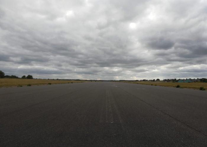 Udsigt over den store landingsbane på Flyvestation Værløse. Det sidste fly er vist landet her, nu kører her cykler.