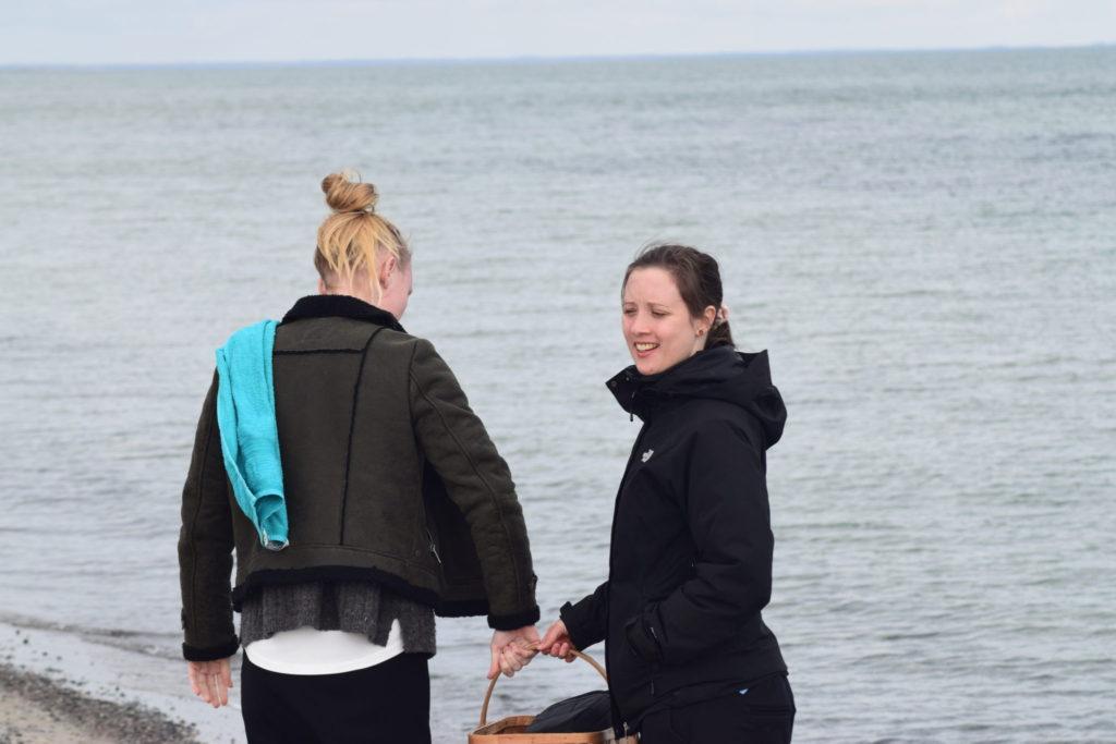 Min søster og jeg snakker om hvad vi skal samle på stranden. Ulvshale Nordstrand, Oplev spændende Møn.