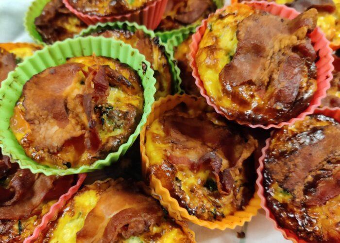 Små omeletter - eller æggekager er geniale til udflugten. De bages i muffinforme og kan sagens tages med på tur som et lille mellemmåltid, eller som en del af en frokost i det grønne. Udflugtsmad, blog, ildfugl.com