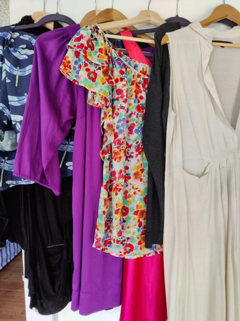 Tænk over dit tøjforbrug. Især kvinder køber meget tøj - som de ikke har brug for. Et Walk-in-closet er ikke bæredygtigt - Sorry Ladies - Skyd ikke budbringeren. 10 tips til at leve bæredygtigt og spare på jordens ressourcer. Hverdagsaktivisme. Ildfugl.com