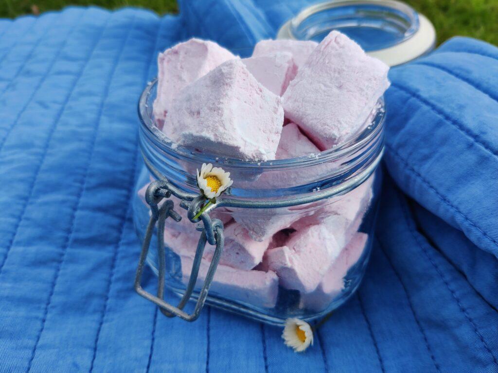 Luftige og bløde hjemmelavede skumfiduser med hindbærsmag. Perfekte til at tage med på en lille udflugt i det fri. Udflugtsmad. Ildfugl.com