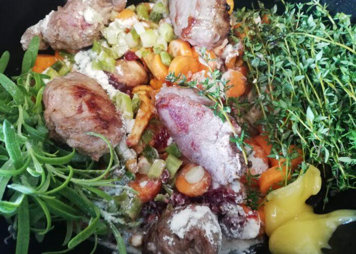 Svinekæberne er i slowcookeren sammen med grøntsager og krydderier. Nu skal retten have 8 timer, og så er den klar. Ildfugl.com - Mine favorit mad og drikkeopskrifter - blog - Svinekæber i slowcookeren.
