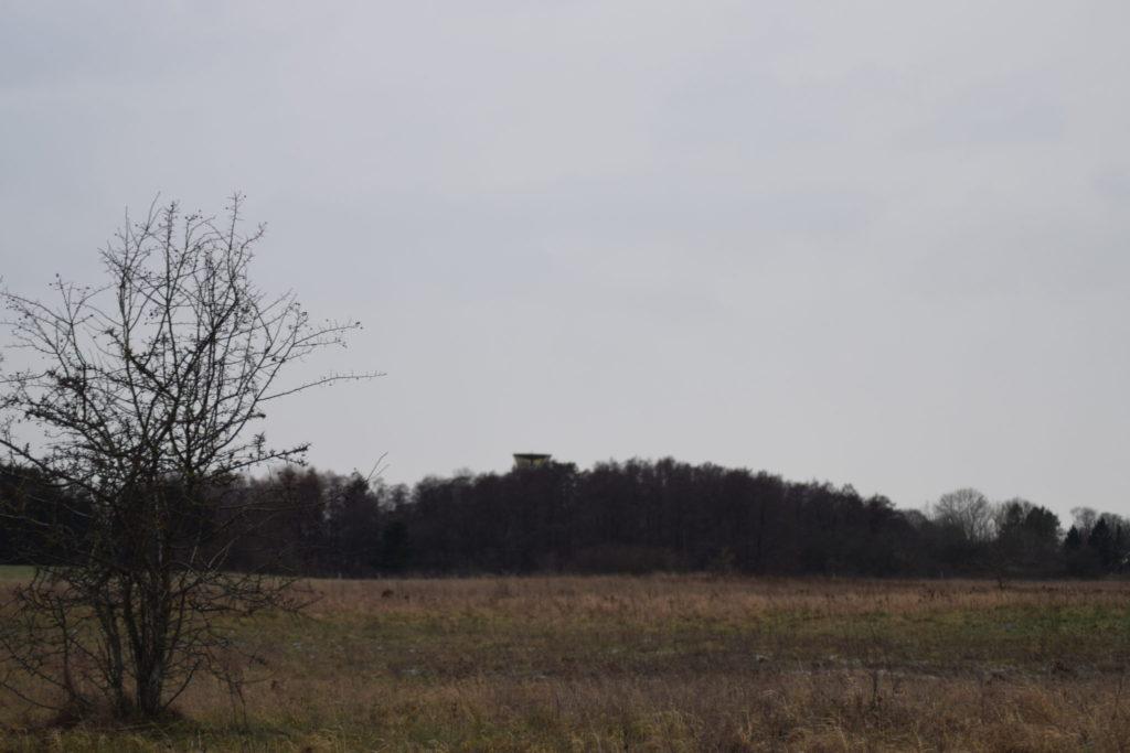 Udsigt over den sydlige del af Flyvestation Værløse med Kontroltårnet i baggrunden.