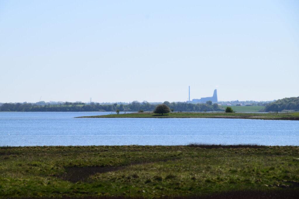 Udsigten fra Bognæs mod øst. Her ses Roskildefjord og Roskilde med forbrændingsanlægget.